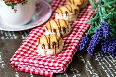 Biscotti di pepita di cioccolato con una bevanda Immagine Stock