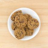 Biscotti di pepita di cioccolato della farina d'avena su un piatto Fotografia Stock