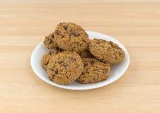 Biscotti di pepita di cioccolato della farina d'avena su un piatto Fotografie Stock Libere da Diritti