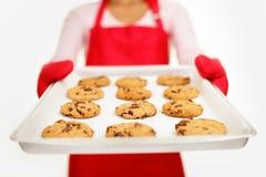 Biscotti di pepita di cioccolato - donna di cottura Fotografia Stock Libera da Diritti
