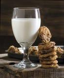 Biscotti di pepita di cioccolato e del bicchiere di latte Immagini Stock