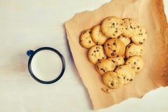 Biscotti di pepita di cioccolato e tazza casalinghi del latte Fotografie Stock Libere da Diritti