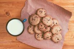 Biscotti di pepita di cioccolato e tazza casalinghi del latte Fotografia Stock Libera da Diritti