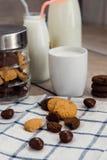 Biscotti, di pepita di cioccolato e un bicchiere di latte Fotografia Stock Libera da Diritti