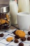 Biscotti, di pepita di cioccolato e una tazza di latte Fotografia Stock Libera da Diritti