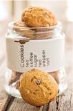 Biscotti di pepita di cioccolato fatti a mano in barattolo di vetro, sul bordo di legno Immagine Stock Libera da Diritti