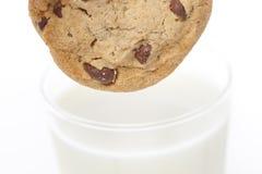 Biscotti di pepita di cioccolato freschi con latte Immagini Stock