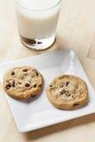 Biscotti di pepita di cioccolato freschi con latte Fotografie Stock Libere da Diritti