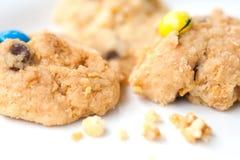 Biscotti di pepita di cioccolato friabili su bianco Immagini Stock Libere da Diritti