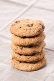 Biscotti di pepita di cioccolato impilati Immagini Stock Libere da Diritti
