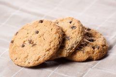 Biscotti di pepita di cioccolato impilati Immagine Stock