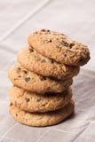 Biscotti di pepita di cioccolato impilati Fotografia Stock