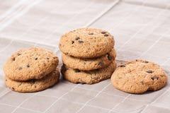 Biscotti di pepita di cioccolato impilati Fotografie Stock