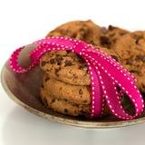 Biscotti di pepita di cioccolato legati in un nastro Fotografia Stock