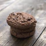 Biscotti di pepita di cioccolato su fondo di legno Immagini Stock Libere da Diritti