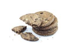 Biscotti di pepita di cioccolato su priorità bassa bianca Fotografia Stock