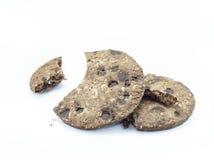 Biscotti di pepita di cioccolato su priorità bassa bianca Immagine Stock Libera da Diritti
