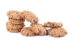 Biscotti di pepita di cioccolato su priorità bassa bianca Immagine Stock
