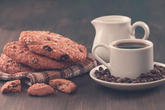 Biscotti di pepita di cioccolato su un fondo di legno del vecchio turchese d'annata Metta la tavola per la prima colazione Immagine Stock