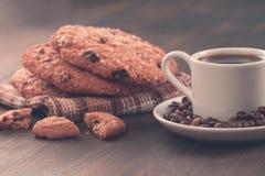 Biscotti di pepita di cioccolato su un fondo di legno del vecchio turchese d'annata Metta la tavola per la prima colazione Immagini Stock