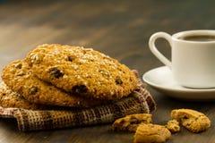 Biscotti di pepita di cioccolato su un fondo di legno del vecchio turchese d'annata Metta la tavola per la prima colazione Immagini Stock Libere da Diritti