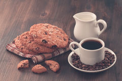 Biscotti di pepita di cioccolato su un fondo di legno del vecchio turchese d'annata Metta la tavola per la prima colazione Fotografia Stock
