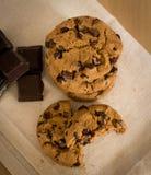 Biscotti di pepita di cioccolato su un panno Fotografia Stock Libera da Diritti