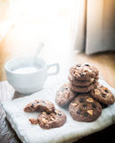 Biscotti di pepita di cioccolato sul tovagliolo e tè caldo sulla tavola di legno Fotografia Stock Libera da Diritti