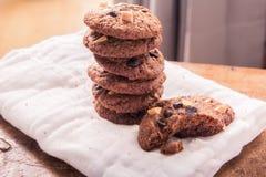 Biscotti di pepita di cioccolato sul tovagliolo sulla tavola di legno Immagini Stock