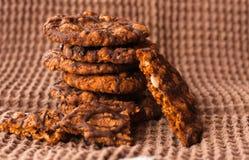 Biscotti di pepita di cioccolato sulla fine del tovagliolo di tela su Fotografia Stock
