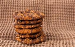 Biscotti di pepita di cioccolato sulla fine del tovagliolo di tela su Fotografie Stock Libere da Diritti