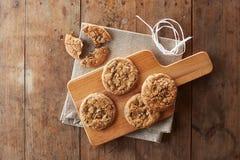Biscotti di pepita di cioccolato sulla tavola di legno Fotografie Stock