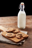 Biscotti di pepita di cioccolato sulla tavola di legno Immagine Stock Libera da Diritti
