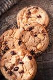 Biscotti di pepita di cioccolato sulla vecchia tavola di legno scura con il posto per la t Fotografie Stock