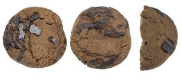 Biscotti di pepita di cioccolato in un fondo bianco Fotografie Stock Libere da Diritti
