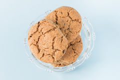 Biscotti di pepita di cioccolato in una tazza Immagini Stock Libere da Diritti