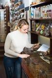 Biscotti di raccolto della donna venduti a peso in negozio Fotografie Stock