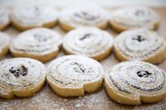 Biscotti di recente al forno su un bordo di bambù, vista laterale Fotografie Stock Libere da Diritti