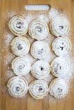 Biscotti di recente al forno su un bordo di bambù, vista superiore Fotografie Stock