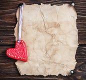 Biscotti di San Valentino e vecchia carta Fotografia Stock