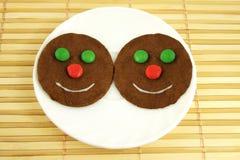 Biscotti di smiley sulla zolla Fotografia Stock Libera da Diritti