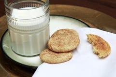 Biscotti di Snickerdoodle sul piatto dorato con bicchiere di latte fotografia stock