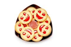 Biscotti di sorriso con gelatina rossa Isolato su una priorità bassa bianca Fotografia Stock Libera da Diritti