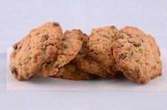 Biscotti di uva passa cotti freschi della farina d'avena Immagine Stock