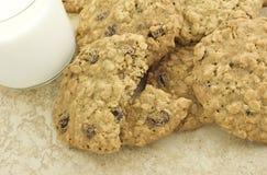 Biscotti di uva passa gommosi della farina d'avena con latte Fotografie Stock