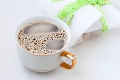 Biscotti di zucchero casalinghi ed e una tazza di caffè Fotografia Stock Libera da Diritti