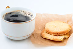 Biscotti di zucchero casalinghi ed e una tazza di caffè Immagine Stock