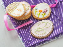 Biscotti di zucchero di Pasqua con l'ornamento floreale Biscotti casalinghi decorati sotto forma dell'uovo di Pasqua Immagini Stock Libere da Diritti