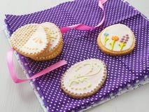 Biscotti di zucchero di Pasqua con l'ornamento floreale Biscotti casalinghi decorati sotto forma dell'uovo di Pasqua Fotografia Stock