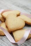 Biscotti di zucchero a forma di del cuore Fotografia Stock
